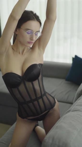 Vertikální video. Holka v sexy prádle. Zpomalený pohyb.