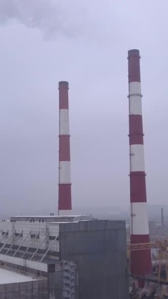 Kouř vychází z komína. Svislé video