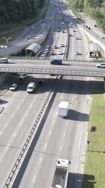 Auta na silnici letecký pohled. Svislé video