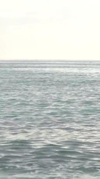 Mořská hladina přímořského mysu Středozemního moře Vertikální video