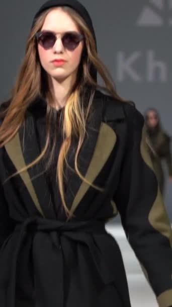 Žena model na lávce během módní přehlídky Vertikální video
