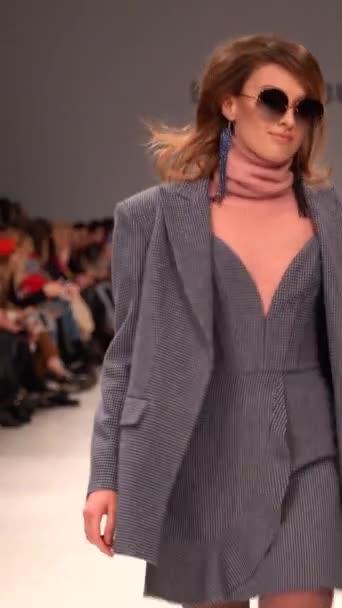 Női modell a kifutón egy divatbemutatón Függőleges videó