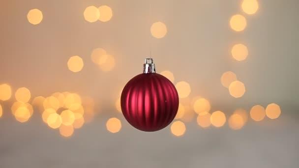Vánoční koule hračka na pozadí blikající světla bokeh