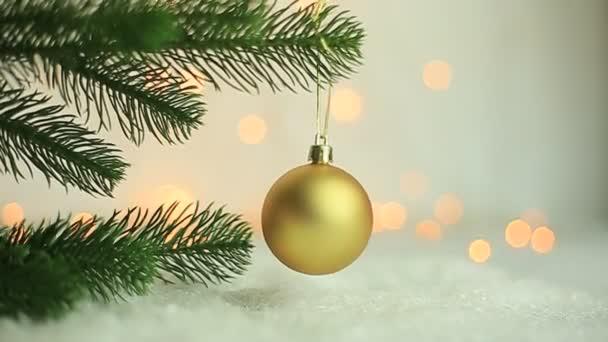Vánoční pozadí, Zlatý vánoční míč visí na větev