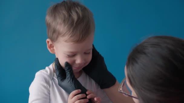 medicína, dermatologie, léčba, zánět, koncepce - předškolní malý chlapec suché svědění obličej vyšetřen lékařem mazá pleť smetanou, mast. Potravinové alergie, kopřivka, nesnášenlivost lepku