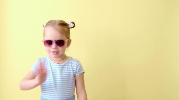 Beeindrucktes Kind Perfekte Überraschung. Spannende Neuigkeiten Wow-Reaktion. Portrait eines glücklichen, erstaunten kleinen Mädchens mit blauer Kleiderbrille, das auf gelbem Kopierraum den Sieg feiert