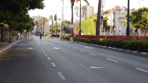 Zralý muž kola na auto méně ulici