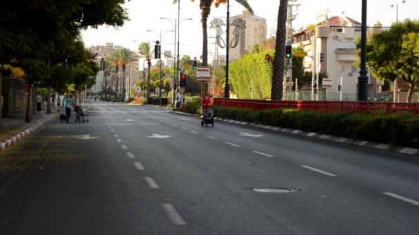 Rodiče vrátit kočárků na opuštěné město silnice