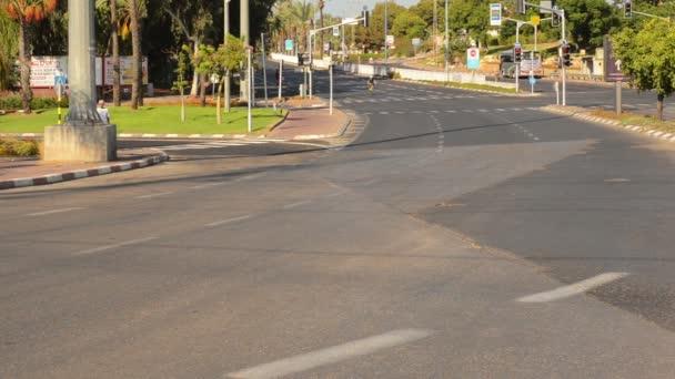 Muž, cykloturistika na opuštěné ulici