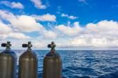 Serbatoi di ossigeno sulla barca per le immersioni subacquee