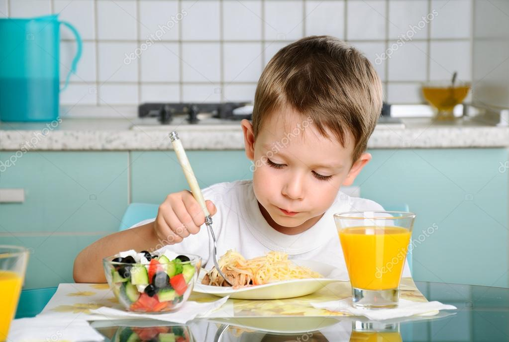 Niño Comiendo En La Mesa, Mirando La Placa Horizontal