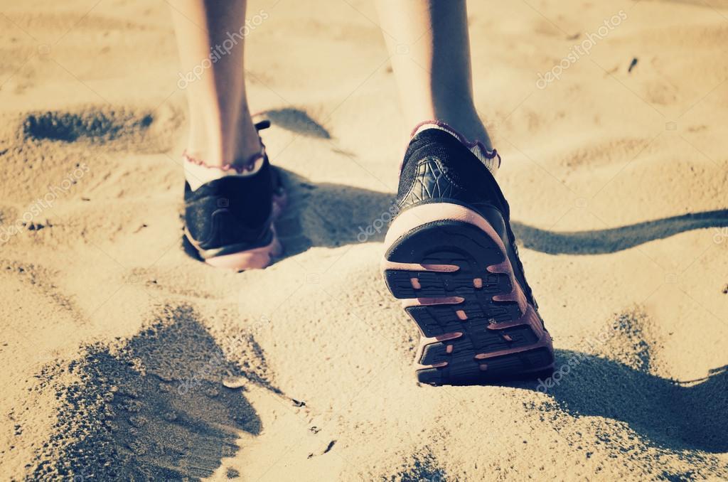 Девушка раздвинула ноги на пляже
