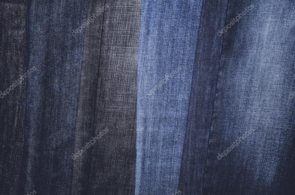 Jeans appeso verticalmente su una gruccia telaio completo