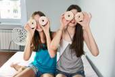 Két tini lányok birtoklás móka-val fánk