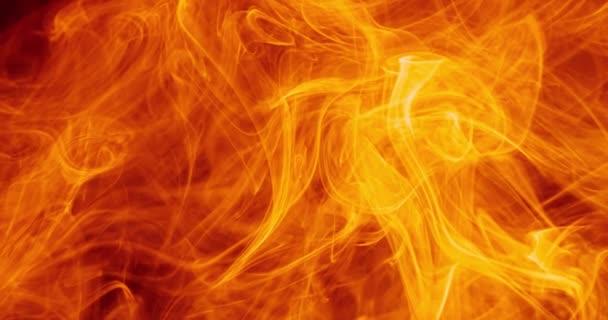 Langsame Bewegung kunstvoller Wolken und orangefarbener Rauchschwaden vor dunklem Hintergrund.