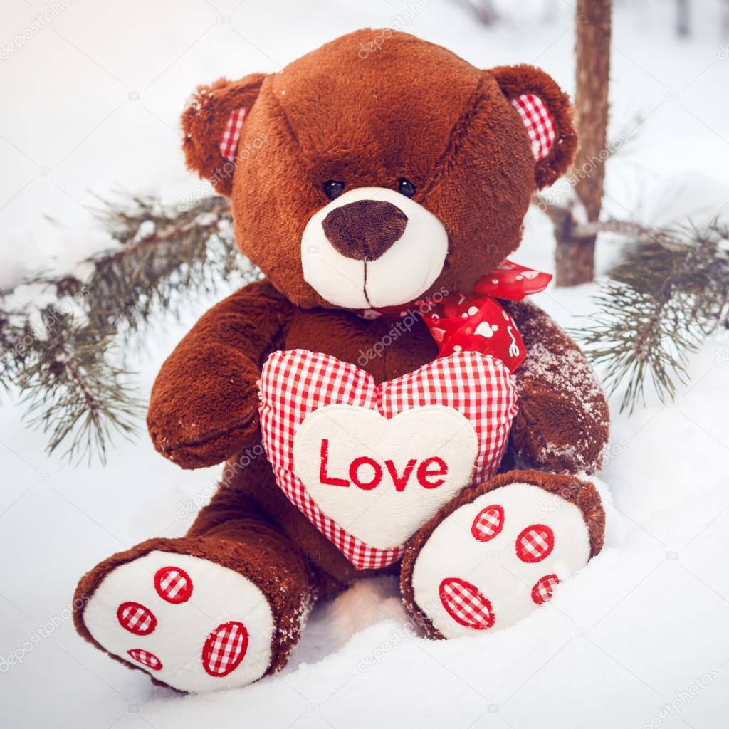 Brinquedo macio fofo fofo urso de pelúcia com coração amor — Fotografia de  Stock 001d15a590887