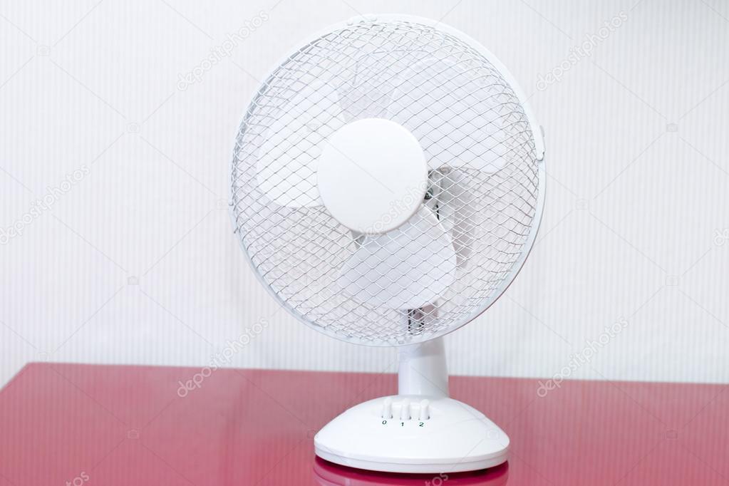 Ventilatore da tavolo bianco con lame rotanti u foto stock