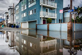 Budovy, což se odráží v louži v uličce, Venice Beach, L