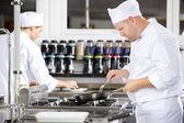 Zaměřil je jídlo kuchaři v profesionální kuchyni