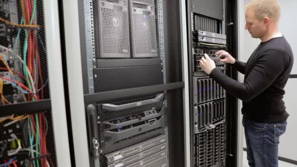 Es Berater pflegen Rack-Server in Rechenzentrum