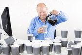 usměvavý obchodník pije příliš mnoho kávy
