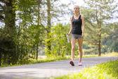 Žena venkovní v lese jako cvičení