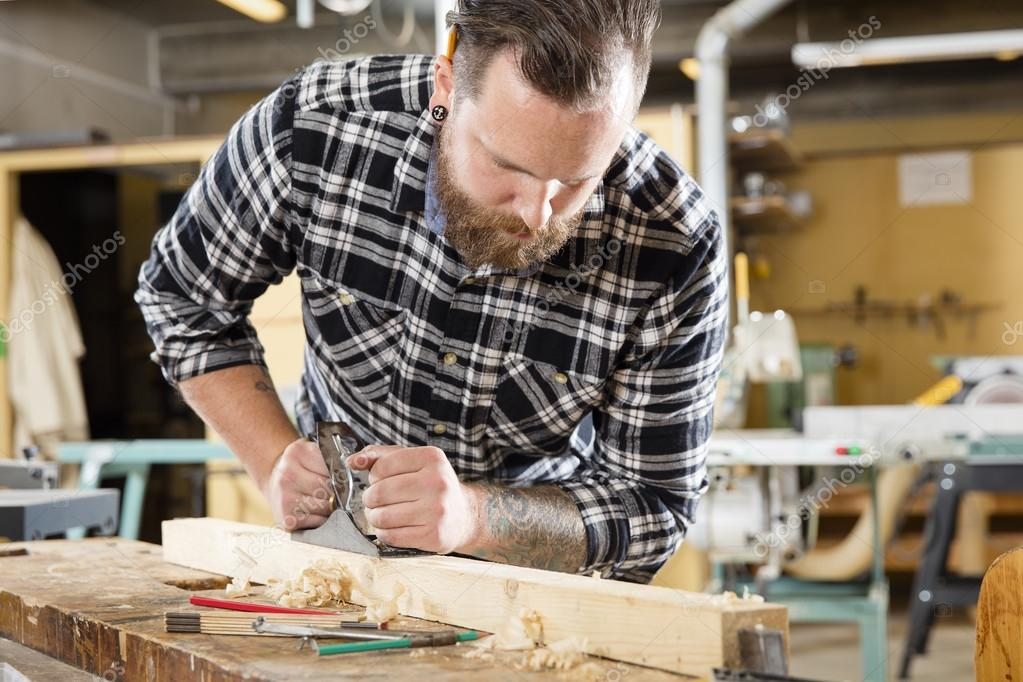 Tischler bei der arbeit  Tischler-Arbeit mit dem Flugzeug Holz Balken im workshop — Stockfoto ...