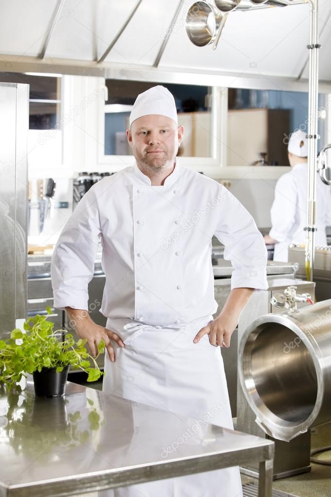 Profi-Koch stehen in der großen Küche — Stockfoto © kjekol #87830776