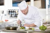 Šéfkuchař připravuje jídlo v gurmánské restauraci steak