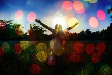 """Картина, постер, плакат, фотообои """"молодая девушка протягивает руки с радостью и вдохновением лицом к солнцу, приветствие солнца, концепция свободы, птица летит над знаком свободы и свободы """", артикул 58326497"""