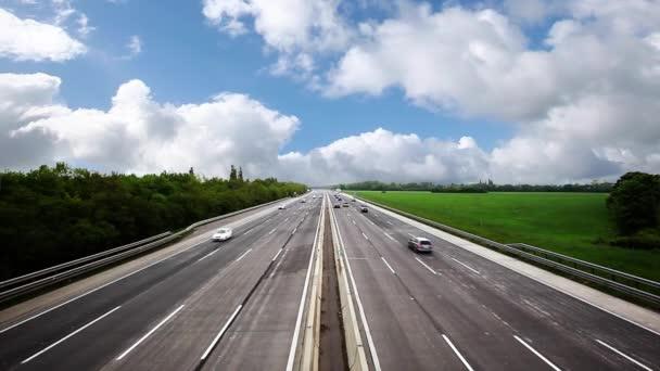 Hustý provoz na dálnici, rychlá auta, cestování na dálnici, abstraktní rychlost dopravy pozadí