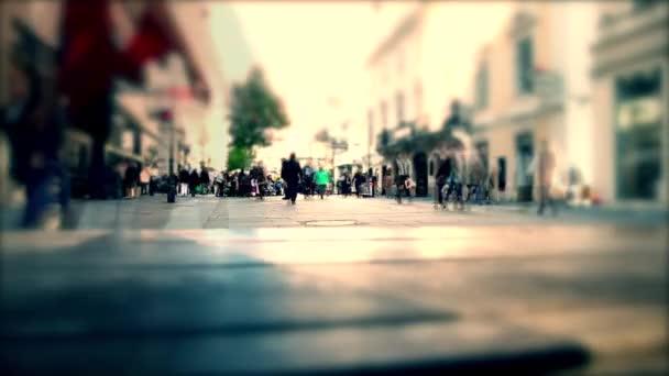 lidí, kteří jdou na rušnou ulici, špička a nákupní den, velký cerowd lidí, kteří jdou v centrum města