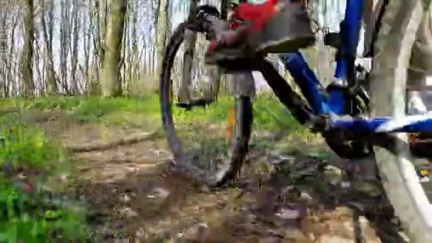 Cyklista na kole při jízdě kolo na lesní cestě
