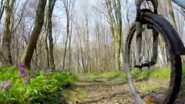 Cyklista na kole při jízdě kolo na lesní cestě.