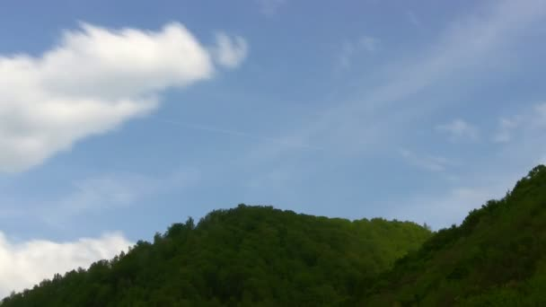 Cloudscape časová prodleva v horách.