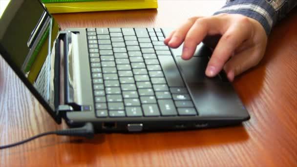 Eine Website mit seinem Laptop-Touchpad scrollt