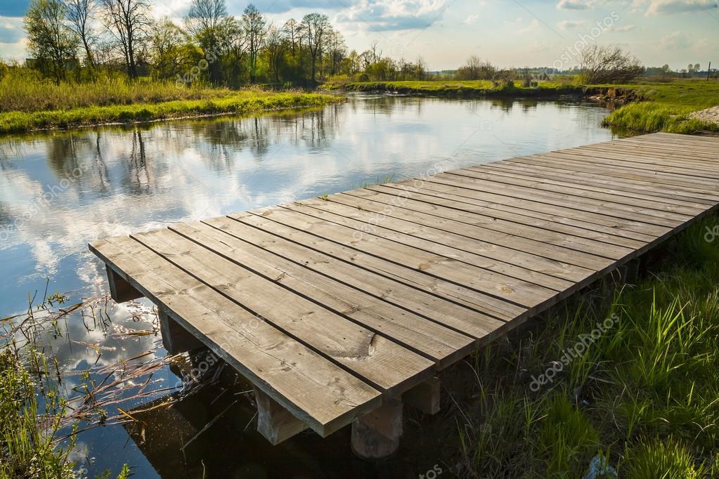 Un ponte di legno ponte asse crudo foto stock for Disegni di ponte a 2 livelli