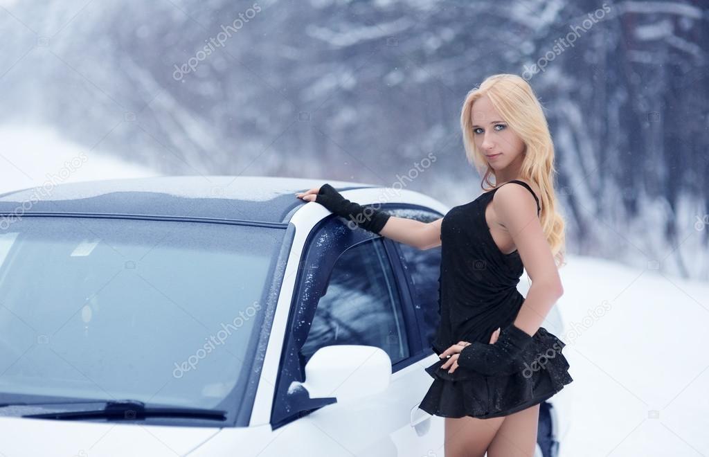 Блондинка за рулем в короткой юбке фото 771-449