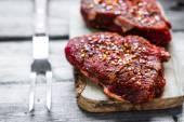 Syrové maso na dřevěné pozadí