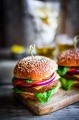 Domácí hamburgery na pozadí