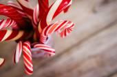 Vánoční cukroví hole na dřevěné pozadí