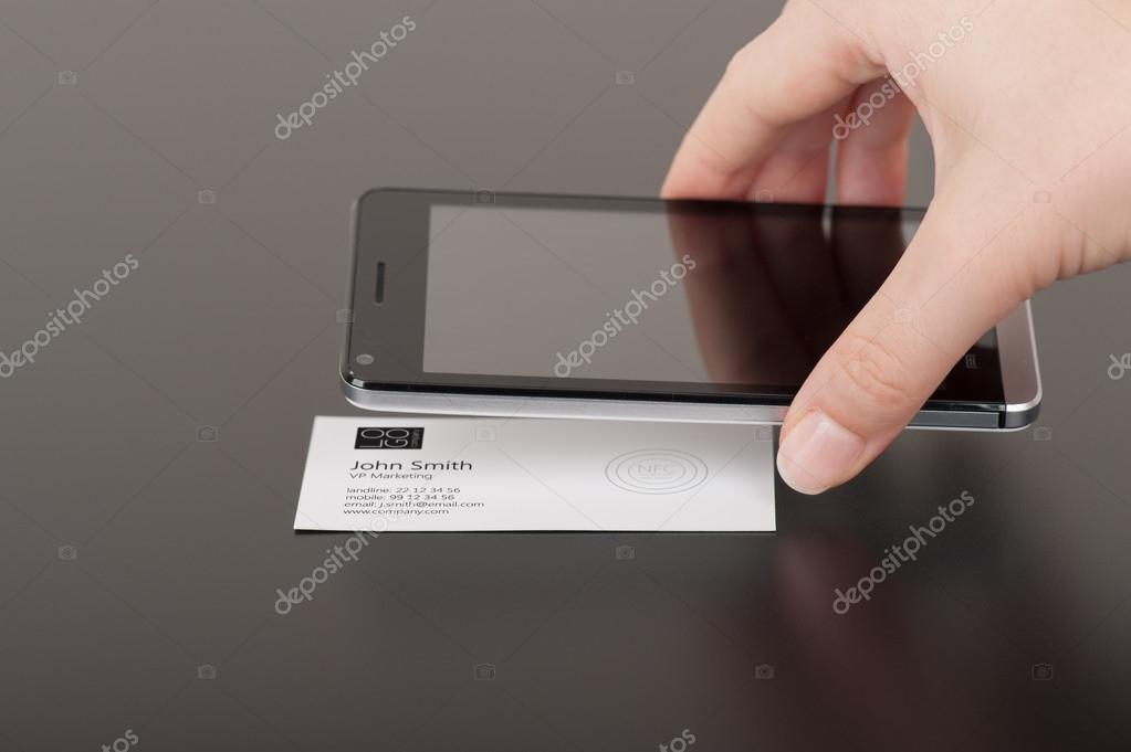 Visitenkarte Mit Nfc Tag Eingebettet Und Telefon Stockfoto