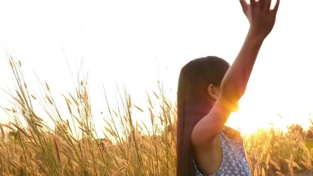 asiatische Mädchen mit gesunden langen Haaren haben Spaß auf der Wiese. Freiheitskonzept