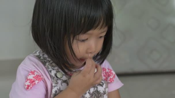 4k : Kleines asiatisches Kind krank mit Grippe niesen