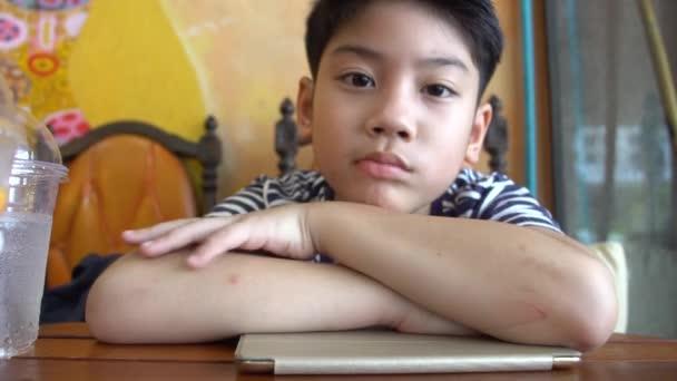 Ritratto di giovane ragazzo triste solitario asiatico