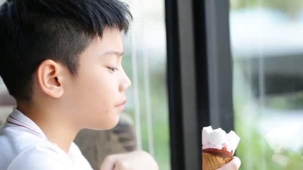Málo asijské hezouna těšit jíst zmrzlinu