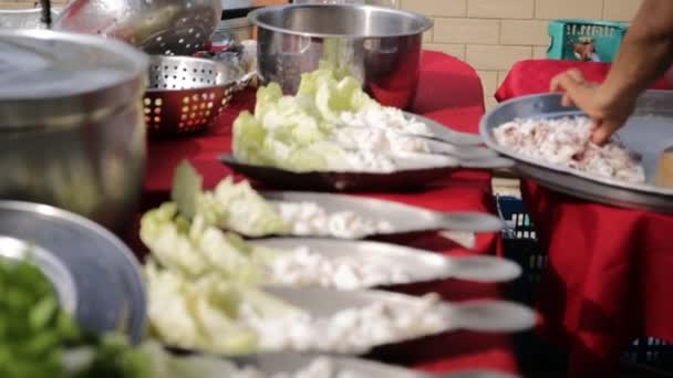 Restaurace kuchyně žena připravující rybí pokrmy pro zákazníka .