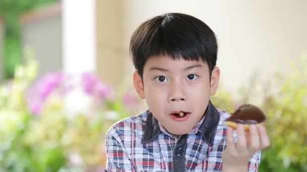 Asijské dítě jíst sladký bonbónek