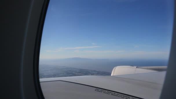 Blick von außen auf das Fliegen im Düsenflugzeug .