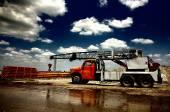 LKW mit Kran auf Baustelle